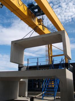 2) Serving a new casting floor of 2,400 square metres, the two new cranes are used for mould positioning, casting, de-moulding and handling precast units.